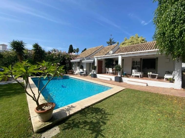 Villa con piscina en El Paraíso Estepona
